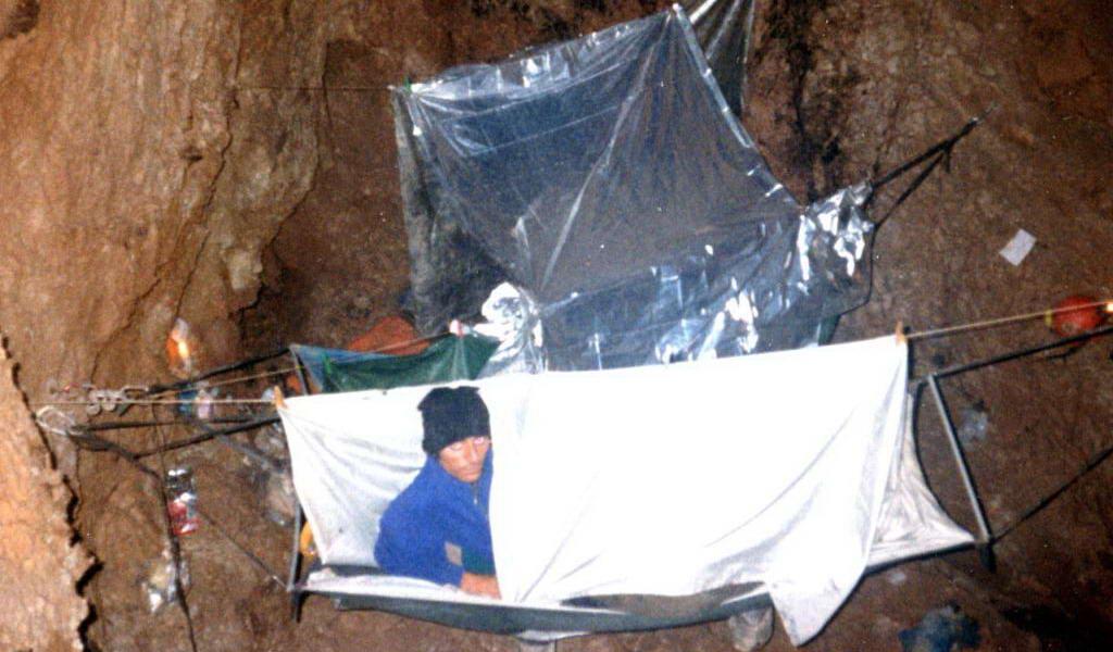 Vivac con hamacas calefactoras a -700m en la Torca del Cerro