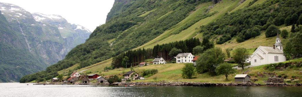 Aldea en las orillas de un fiordo | Noruega