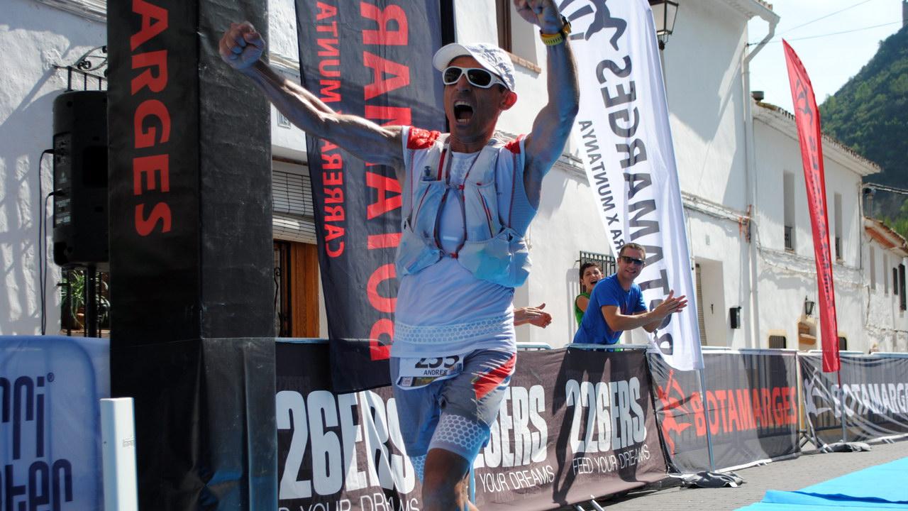 Cruzando con rabia y emoción la meta en la Botamarges 2016 | Forna. Alicante | © Mychip